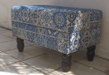 Puff duplo em tapeçaria (pés de madeira)